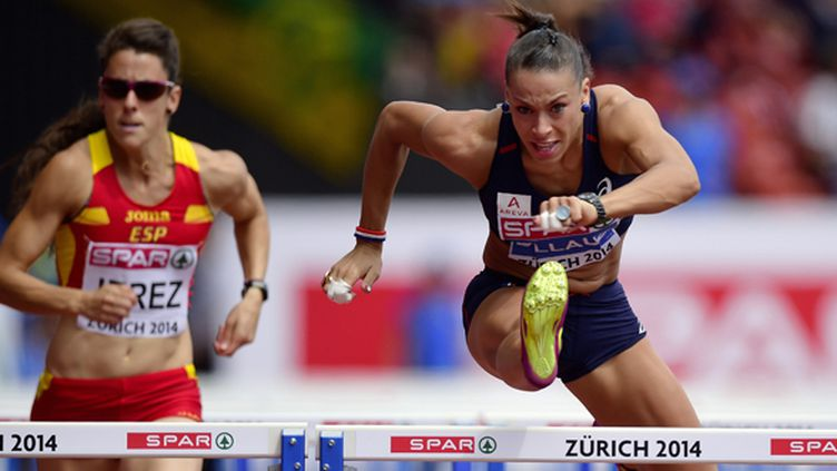 Cindy Billaud (à droite) lors des séries du 100m haies (OLIVIER MORIN / AFP)