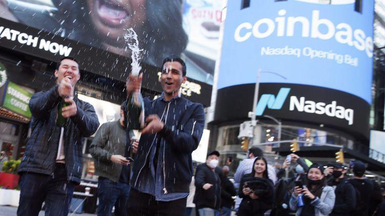 Des employés de Coinbase fêtent leur entrée en Bourse à New York (USA), le 14 avril 2021. (JOHN ANGELILLO / MAXPPP)