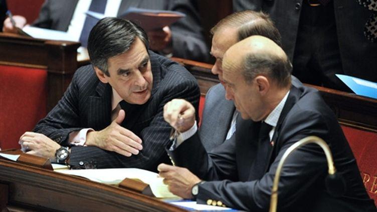 François Fillon à l'Assemblée avec le ministre de la Défense, Alain Juppé, le 23 novembre 2010. (AFP - BORIS HORVAT)