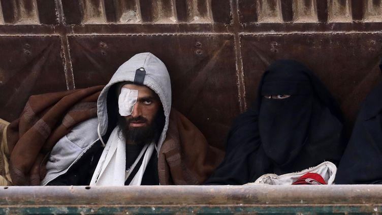 Deux jihadistes étenus par les Américains à Baghouz en Syrie, mars 2019. (PATRICK CHAUVEL/SIPA/SIPA)