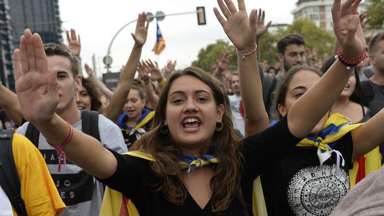 Des étudiants dans la manifestation pour le referedum d'autodetermination de la Catalogne, le 22 septembre 2017 à Barcelone. (JOSEP LAGO / AFP)
