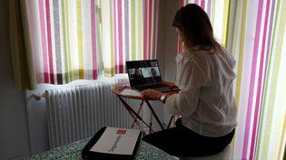 Une salariée en plein télétravail chez elle. Photo d'illustration. (VALERY HACHE / AFP)