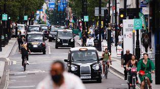 Des taxis et des deux-roues dans les rues de Londres (Royaume-Uni), le 20 juin 2020. (DAVID CLIFF / NURPHOTO / AFP)
