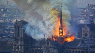 Un incendie ravage la flèche de la cathédrale Notre-Dame de Paris, le 15 avril 2019.L'incendie a provoqué une vive émotion, aussi bien en France que dans le reste du monde. Emmanuel Macron a aussitôt annoncé sa volonté de reconstruire l'édifice dans un délai de cinq ans.  (HUBERT HITIER / AFP)
