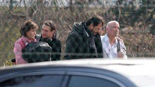 """La cycliste Jeannie Longo et le présentateur de l'émission """"Dropped"""",Louis Bodin (R), à leur arrivée à l'aéroport Roissy-Charles-de-Gaulle le 14 mars 2015. (JOEL SAGET / AFP)"""