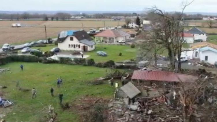 Un violent coup de vent a frappé le village de Serres-Sainte-Marie (Pyrénées-Atlantiques). Aucun blessé n'est à déplorer, mais des maisons ont été fortement endommagées. (France 2)