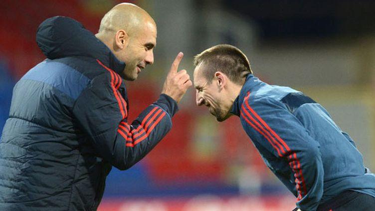 L'entraîneur du Bayern Munich, Pep Guardiola, en conversation avec son joueur Franck Ribéry