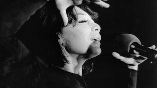 La chanteuse Juliette Gréco lors d'un concert à Cologne (Allemagne) en octobre 1973. (HEMANN / DPA)