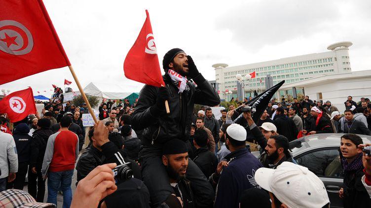 Depuis deux mois, des manifestants proches du parti islamiste Ennahda manifestent devant la télévision publique à Tunis, ici le 9 mars 2012. (FETHI BELAID / AFP)