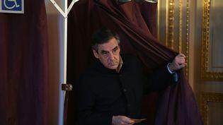 François Fillon vote dans son bureau parisien, le 27 novembre 2016, au second tour de la primaire de la droite. (ERIC FEFERBERG / AFP)