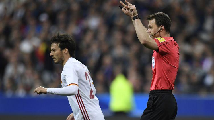 L'arbitre de France-Espagne fait appel à la vidéo (CHRISTOPHE SIMON / AFP)