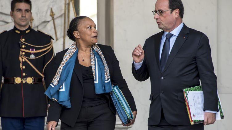Christiane Taubira et François Hollande à la sortie du conseil des ministres, le 21 octobre 2015, à l'Elysée, à Paris. (CITIZENSIDE / YANN KORBI / AFP)