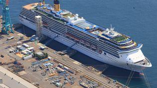 Le navire de croisière Costa Atlantica, à bord duquel des membres d'équipage ont contracté le coronavirus, le 25 avril 2020, dans le port de Nagasaki (Japon). (KEITA IIJIMA / YOMIURI / AFP)
