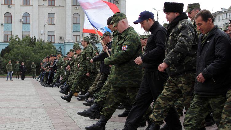 Des militaires russes et des forces pro-russes paradent à Simféropol en Crimée, le 12 avril 2014. (YURI LASHOV / AFP)