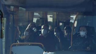 Le bus qui emmène les Français rapatriés de Chine quitte la base aérienne d'Istres, le 31 janvier 2020. (PASCAL GUYOT / AFP)