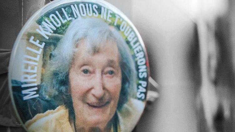 Un badge avec la photo de Mireille Knoll, accroché devant son domicile parisien, le 28 mars 2018. (AFP)