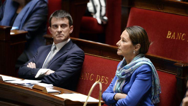 Manuel Valls et Ségolène Royal à l'Assemblée nationale le 8 avril 2014. Tous deux ont pris la défense du président de la République pour tenter d'éteindre la polémique déclenchée par le livre de Valérie Trierweiler. (ERIC FEFERBERG / AFP)