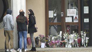 Devant le collège de Conflans-Sainte-Honorine, le 17 octobre 2020. (BERTRAND GUAY / AFP)