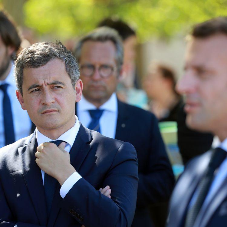 """Le ministre de l'Intérieur Gérald Darmanin et le président de la République Emmanuel Macron sont en visite au château de Chambord sur le thème des """"vacances apprenantes"""", le 22 juillet 2020. (LUDOVIC MARIN / AFP)"""