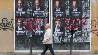 Des affiches promouvant la candidature à l'élection présidentielle du polémiste Eric Zemmour, à Paris, le 5 juillet 2021. (JACQUES WITT / SIPA)