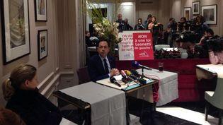 Jean-Luc Romero, président de l'Association pour le droit de mourir dans la dignité, tient une conférence de presse après la remise du rapport parlementaire sur la fin de vie, le 12 décembre à Paris. (ILAN CARO / FRANCETV INFO)