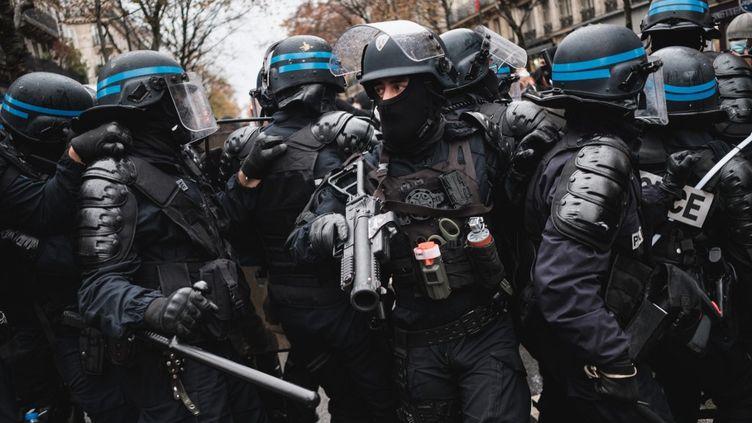 Des policiers lors de la manifestation du 12 décembre 2020 à Paris. (LUCAS BOIRAT / HANS LUCAS / AFP)