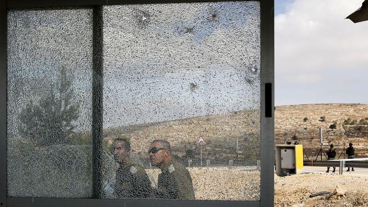 Des membres de sécurité israéliens sont déployés sur le lieu d'une fusillade, mardi 26 septembre, à l'entrée de la colonie Har Adar, en Cisjordanie. (MENAHEM KAHANA / AFP)