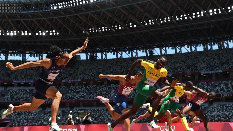 Le Français Pascal Martino-Lagarde donne toutlors de la finale olympique du110 m haies remporté, à la surprise générale, par le JamaïcainHansle Parchment, jeudi 5 août. (JEWEL SAMAD / AFP)