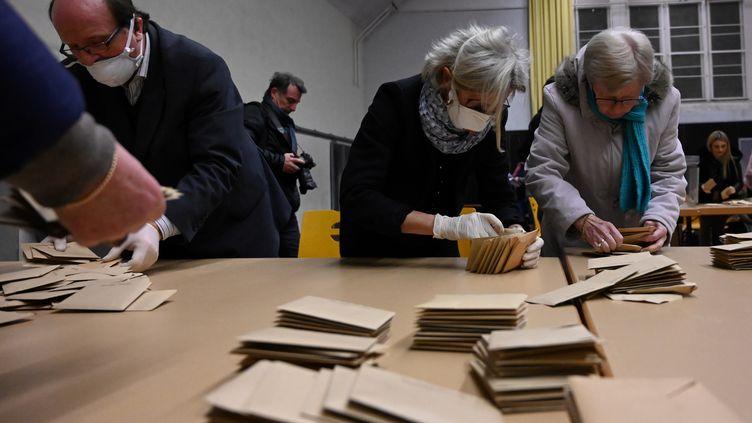 Les conseils municipaux des 30 000 communes où les maires ont été élus dès le 15 mars au premier tour devraient être installés entre le 2 et le 7 juin prochain. (FREDERICK FLORIN / AFP)