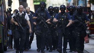 Des policiers britanniques armés, le 4 juin 2017, dans le quartier du London Bridge, à Londres (Royaume-Uni), au lendemain d'un attentat. (NIKLAS HALLE'N / AFP)