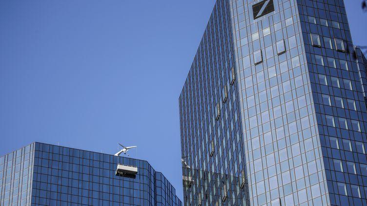 Le siège de la Deutsche Bank à Francfort (Aallemagne), dans le quartier des affaires. (ARMANDO BABANI / AFP)