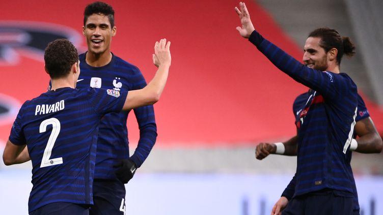 Benjamin Pavard, encore buteur avec l'équipe de France, félicité par Adrien Rabiot (FRANCK FIFE / AFP)