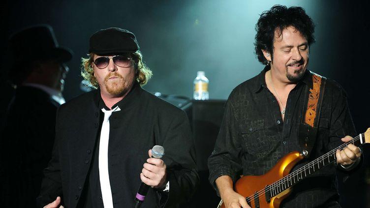 Joseph Williams, actuel chanteur de Toto, et Steve Lukather, guitariste et fondateur du groupe, sur scène à Santa Ynez, en Californie (6 septembre 2012)  (John Pyle / Newscom / Sipa)