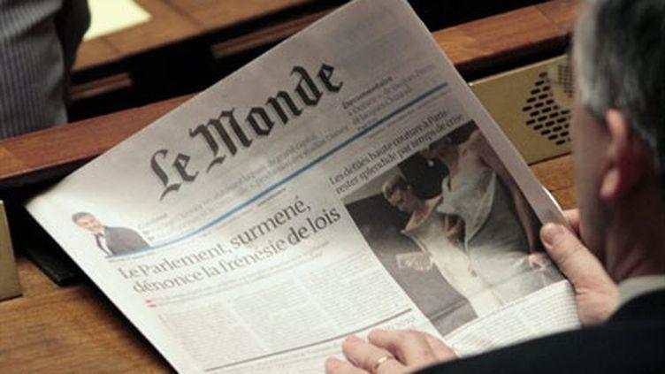 Un député en train de lire Le Monde à l'Assemblée nationale le 26-1-2010 (AFP - JACQUES DEMARTHON)