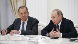 Le président russe Vladimir Poutine et son ministre des Affaires étrangères, Sergei Lavrov, le 5 avril 2018 à Moscou. (ALEXANDER ZEMLIANICHENKO / REUTERS)