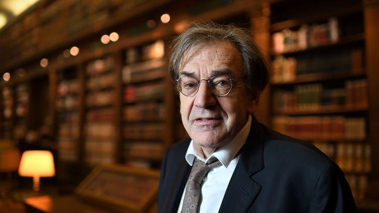 Le philosophe et essayiste, Alain Finkielkraut, pose au sein de la librairie de l'Académie française, le 1er décembre 2016. (ERIC FEFERBERG / AFP)