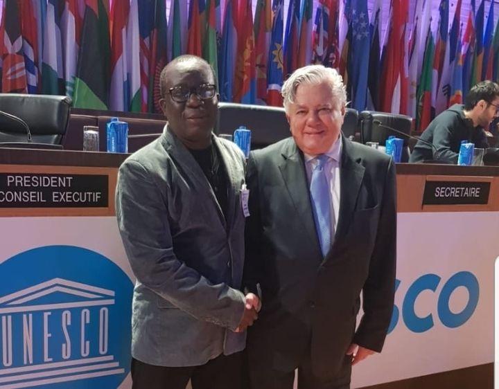 John Ayité Dossavi (à gauche), le président du comité de mobilisation pour la Journée mondiale de la culture africaine et afro-descendante, et Ahmet Altay Cengizer, président de la 40e session de la Conférence générale de l'Unesco. (JMCA)