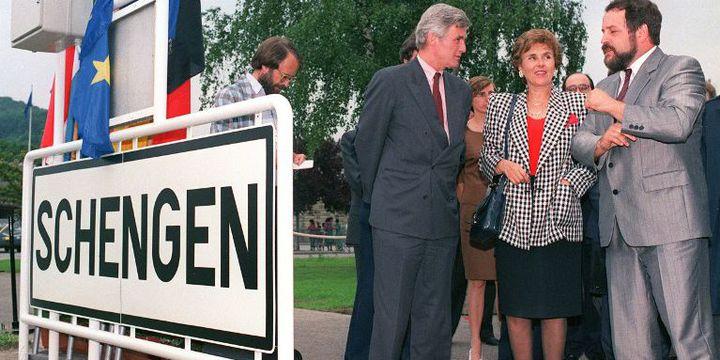 Signature d'un traité à Schengen en 1990 (avec Edith Cresson). (AFP)