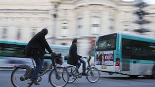 Des cyclistes montés sur des Vélib' à Paris, en 2013. (JACQUES LOIC / PHOTONONSTOP / AFP)