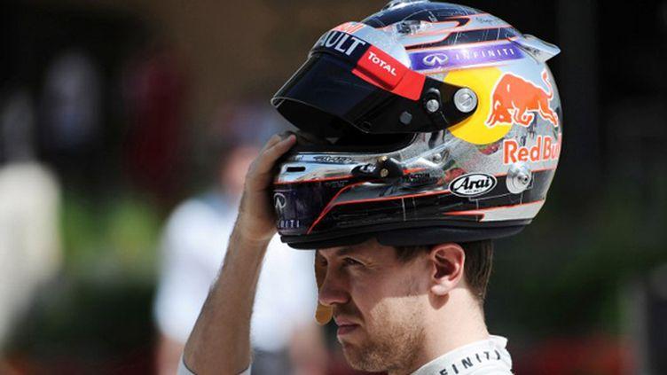 Sebastian Vettel (Red Bull) porte son casque (MOHAMMED AL-SHAIKH / AFP)
