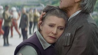 """Carrie Fisher est revenue à Star Wars, dans le dernier épisode sorti, en 2015 """"Le réveil de la force"""". Ici, elle est dans les bras d'Harrison Ford. Elle a racontédans son dernier livre, """"The Princess Diarist"""", avoir eu avec l'acteur une liaison pendant le tournage du premier Star Wars, alors qu'elle avait 19 ans. (KOBAL / AFP)"""