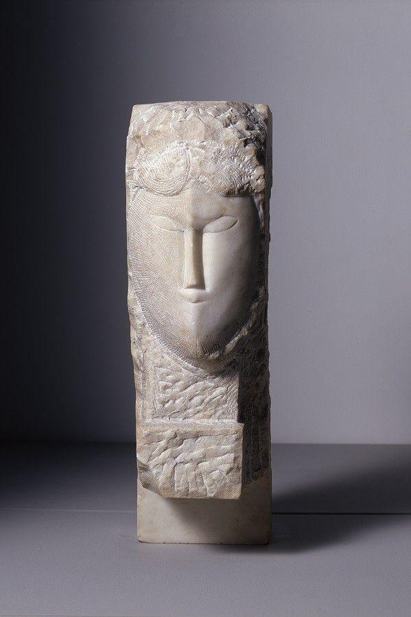 Amedeo Modigliani, Tête de femme, 1913. Marbre  (Dépôt du Centre Pompidou, Musée national d'art moderne, Paris, au LaM, Villeneuve d'Ascq. Photo : Philip Bernard.)