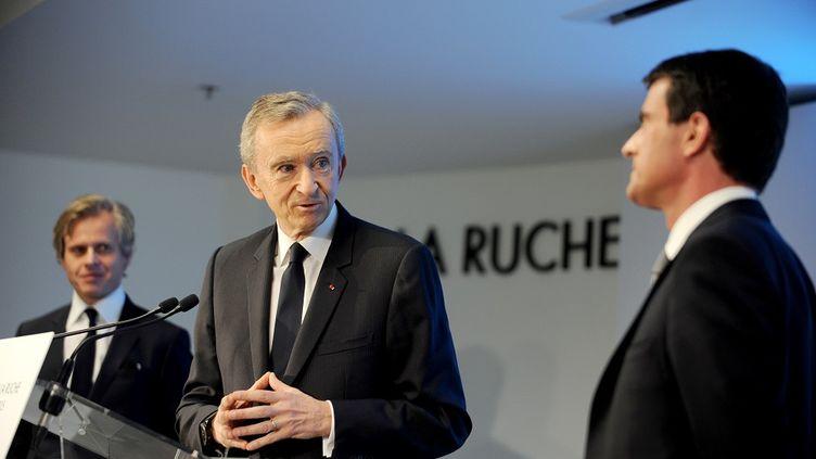 Bernard Arnault, le patron de LVMH, s'adresse àManuel Vallslors de l'inauguration du site deGuerlain à Chartres (Eure-et-Loir), le 6 février 2015. (GUILLAUME SOUVANT / AFP)