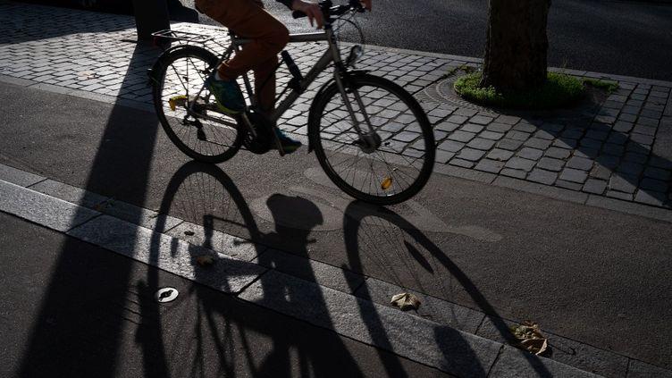 Un cycliste sur une piste cyclable à Paris, le 18 décembre 2020 (illustration). (RICCARDO MILANI / HANS LUCAS / AFP)