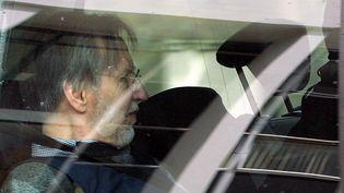 Michel Fourniret dans une voiture de police, le 27 mai 2008, à Charleville-Mézières (Ardennes). (FRANCOIS NASCIMBENI / AFP)