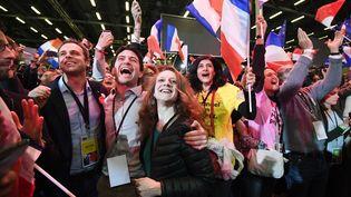 Des militants du mouvement En marche ! célèbrent la qualification d'Emmanuel Macron pour le second tour de la présidentielle, le 23 avril 2017, à Paris. (ERIC FEFERBERG / AFP)