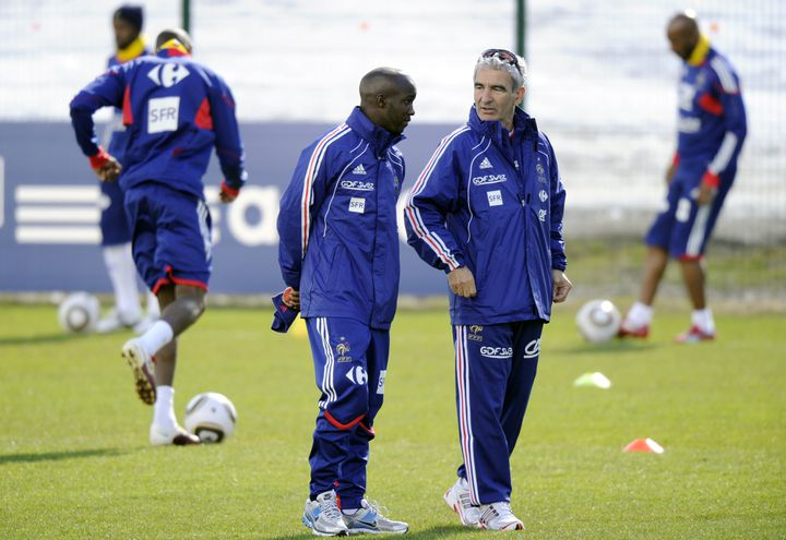 Raymond Domenech discutant avec Lassana Diarra, au lendemain de son malaise en altitude, le 20 mai 2010 à Tignes (Savoie), lors du stage préparatoire à la Coupe du monde en Afrique du Sud. (FRANCK FIFE / AFP)