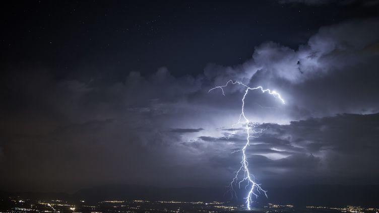 La foudre s'abat sur Genève (Suisse), le 2 juillet 2016. (CHRISTOPHE SUAREZ / BIOSPHOTO / AFP)