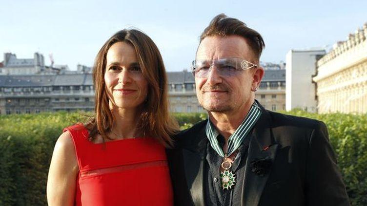 Aurélie Filippetti et Bono de U2, portant son insigne de Commandeur des Arts et des Lettres, le 16 juillet 2013 au ministère de la Culture.  (François Guillot / AFP)