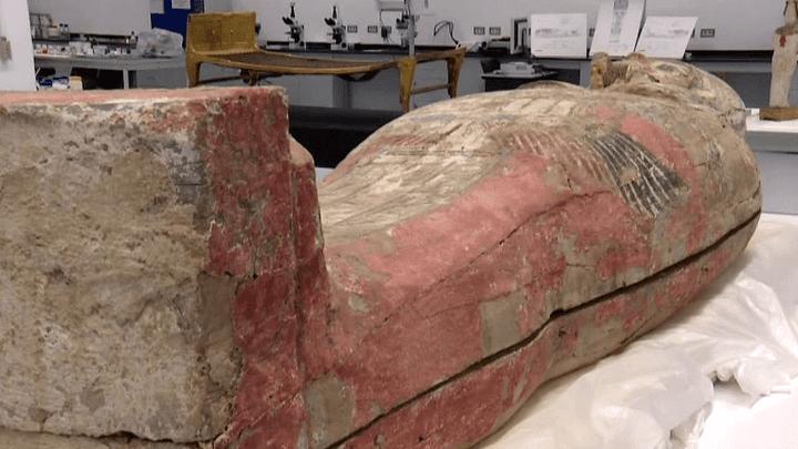 Sarcophage en cours de restauration dans les réserves du musée  (Culturebox / Capture d'écran)